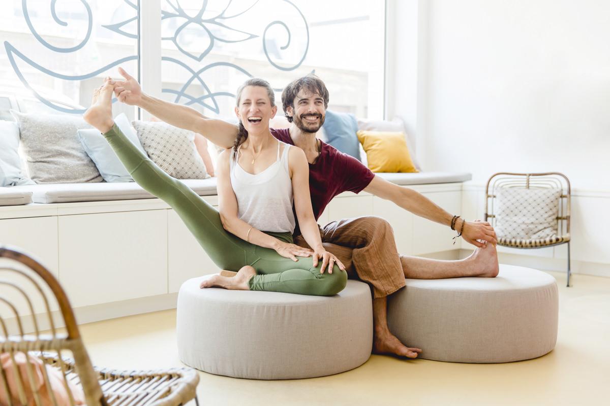 sympathisches Yogaportrait von 2 Yogalehrern in einem Yogastudio in Koeln