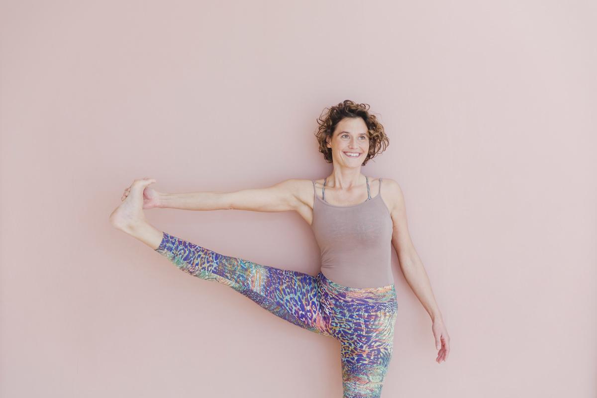 Yogaportrait einer jungen Yogalehrerin in einem Yogastudio in Köln
