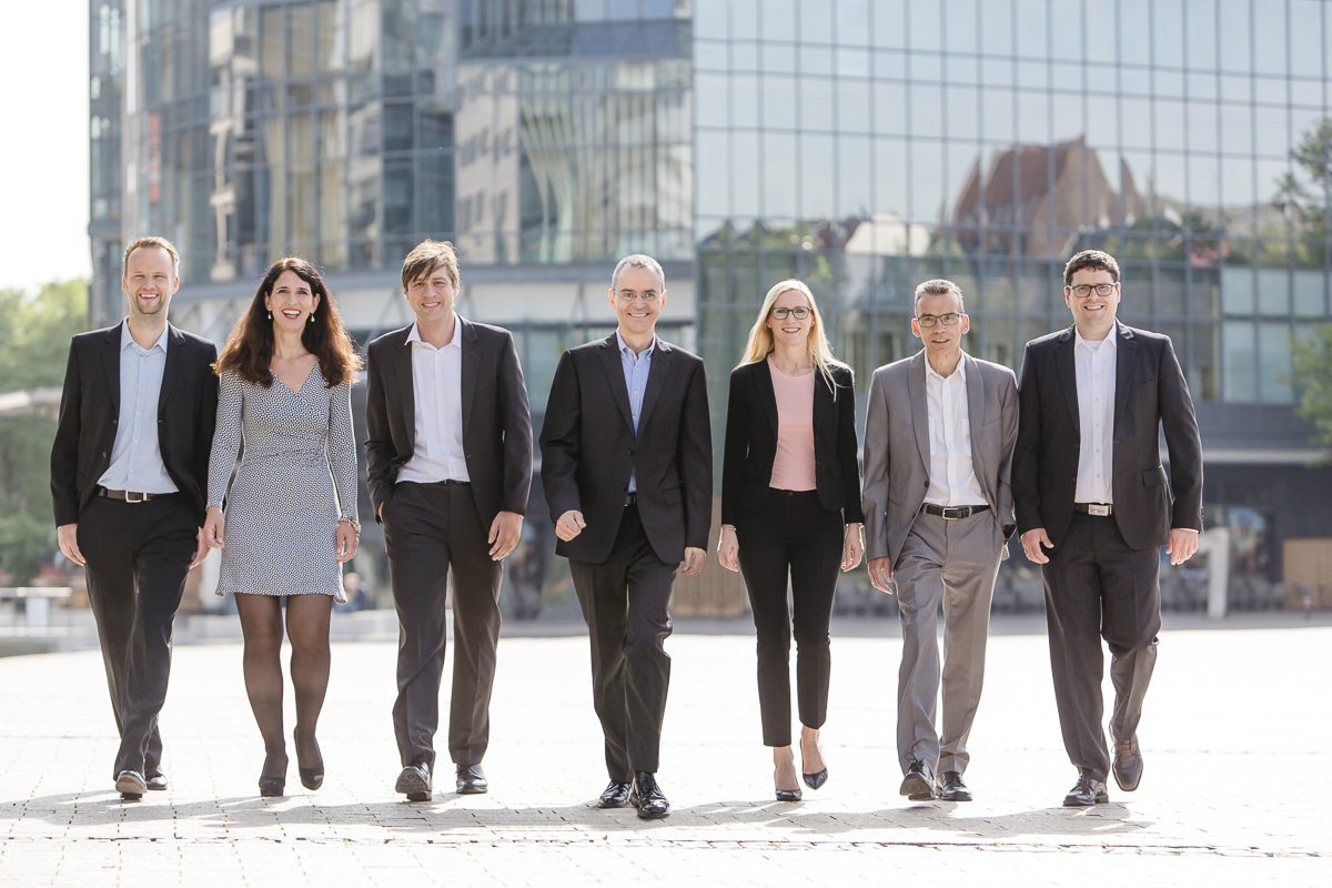 authentisches Business Gruppenportrait im Freien