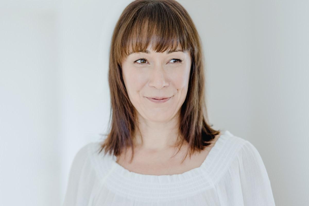 Helles Businessfoto von Freiberuflerin Christine Mack, die als Yogalehrerin arbeitet