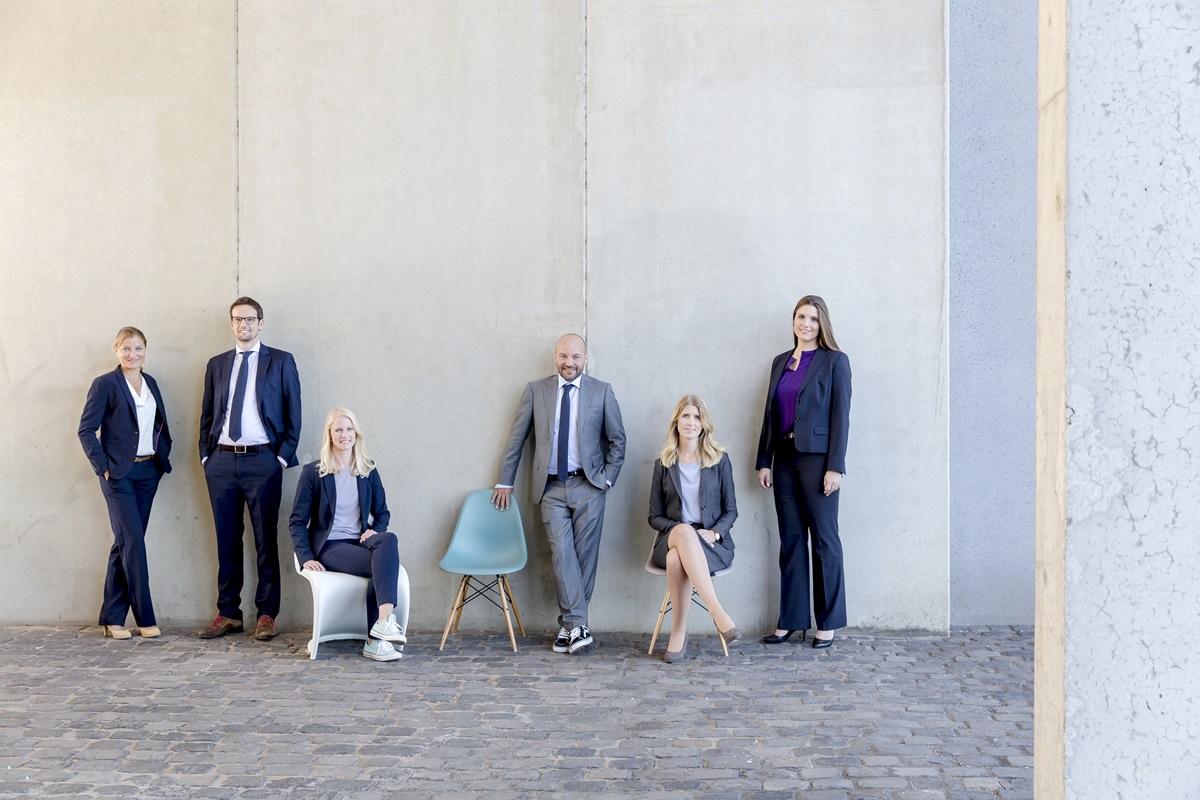 modernes Firmenportrait der Mitarbeiter einer Anwaltskanzlei