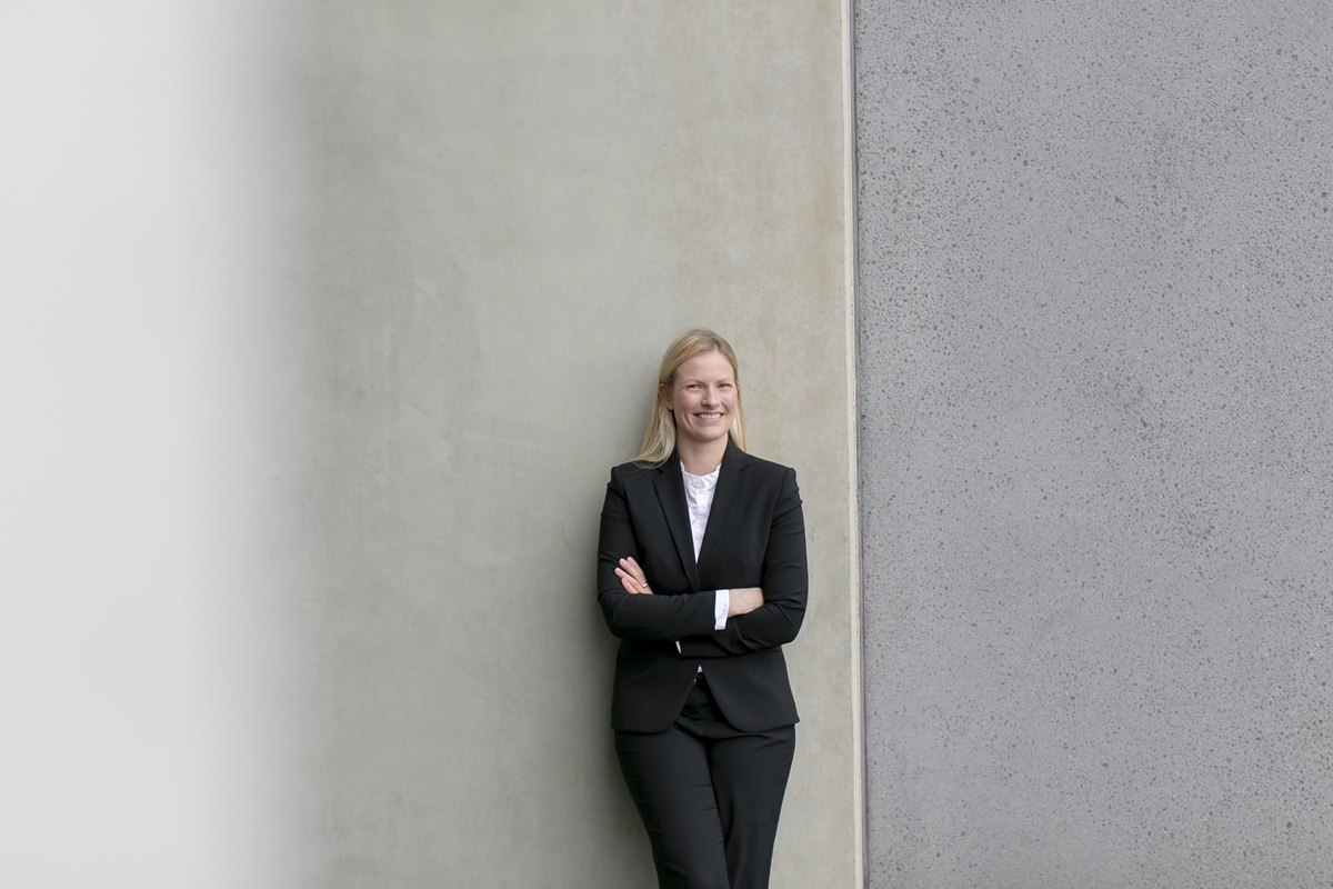 natürliches Business Portraitfoto einer jungen Frau fotografiert von Hanna Witte aus Köln