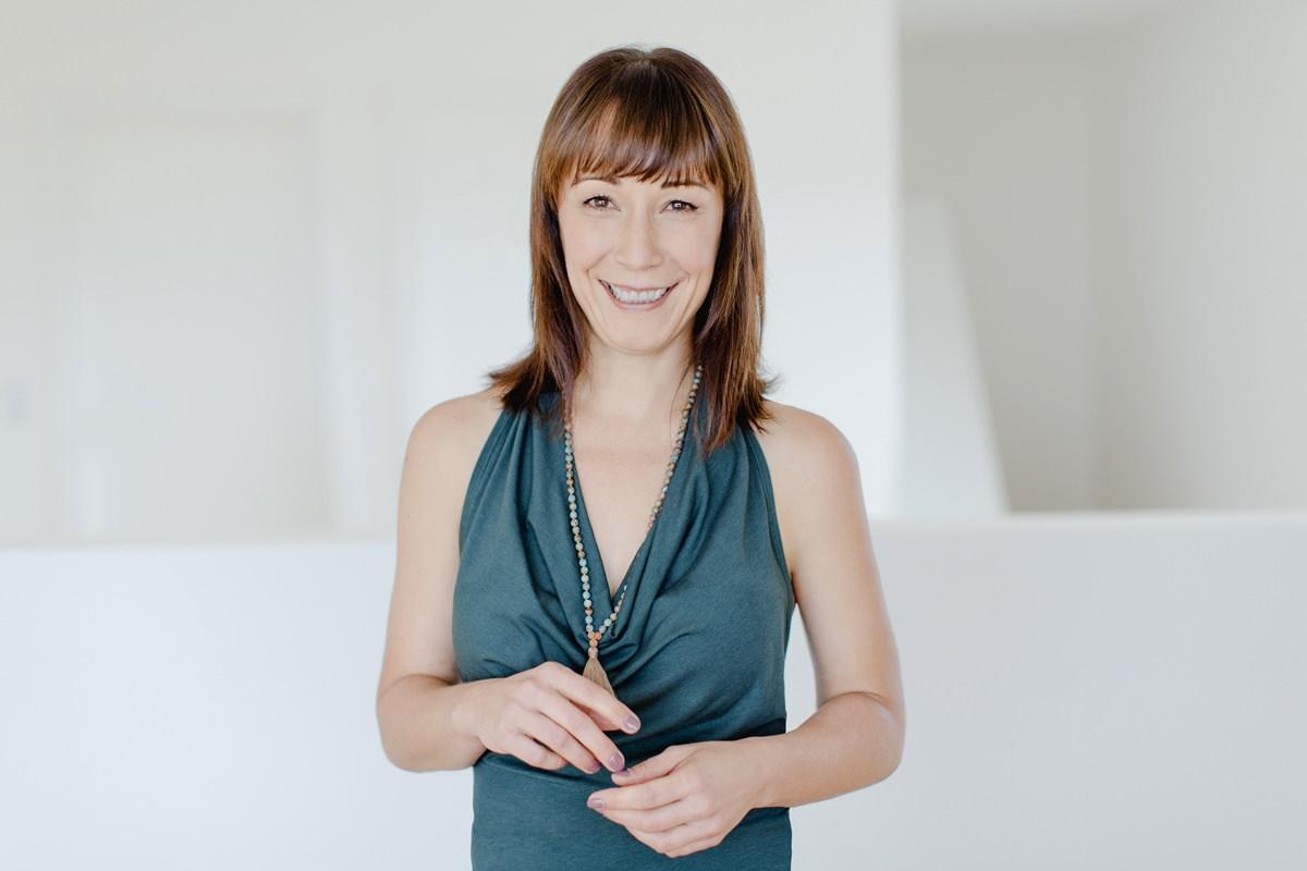 Modernes Portrait von Freiberuflerin Christine Mack, die als Yogalehrerin arbeitet