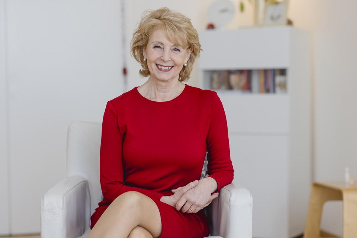 freundliches Portraitfoto einer Psychologin aus Köln   Foto: Hanna Witte
