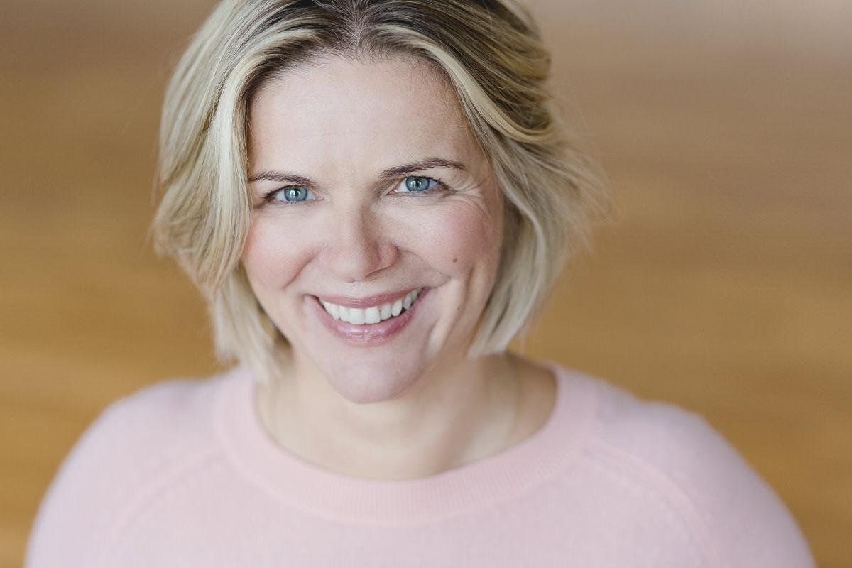 freundliches Portraitfoto der Yogalehrerin Daniela Stilke aus Bonn