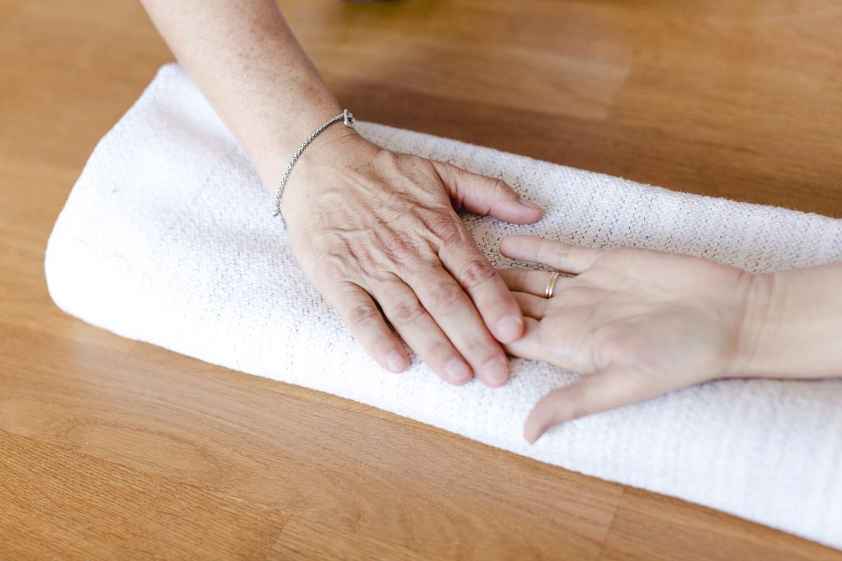 Yogafoto von Händen, die sich während einer Yogaübung berühren