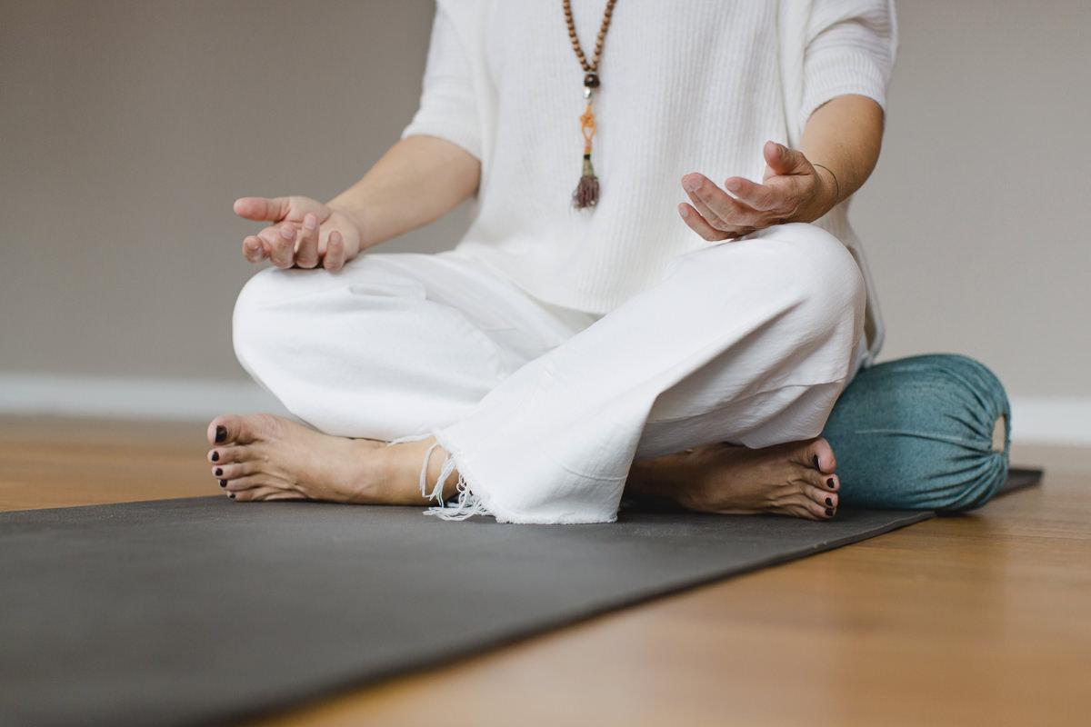 Yogaportrait einer Yogalehrerin im Schneidersitz