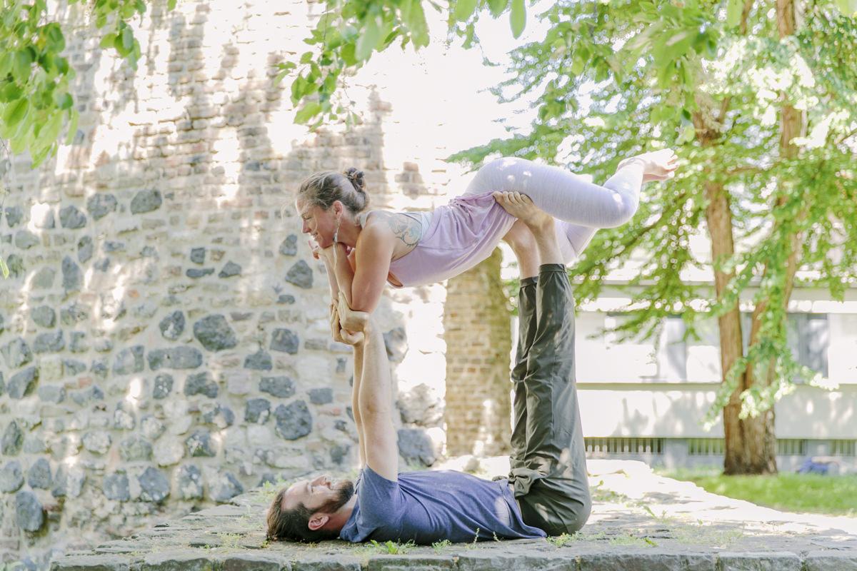 Julia und Pascal Weis bei einer akrobatischen Yoga Übung auf der Yoga Conference Germany 2019