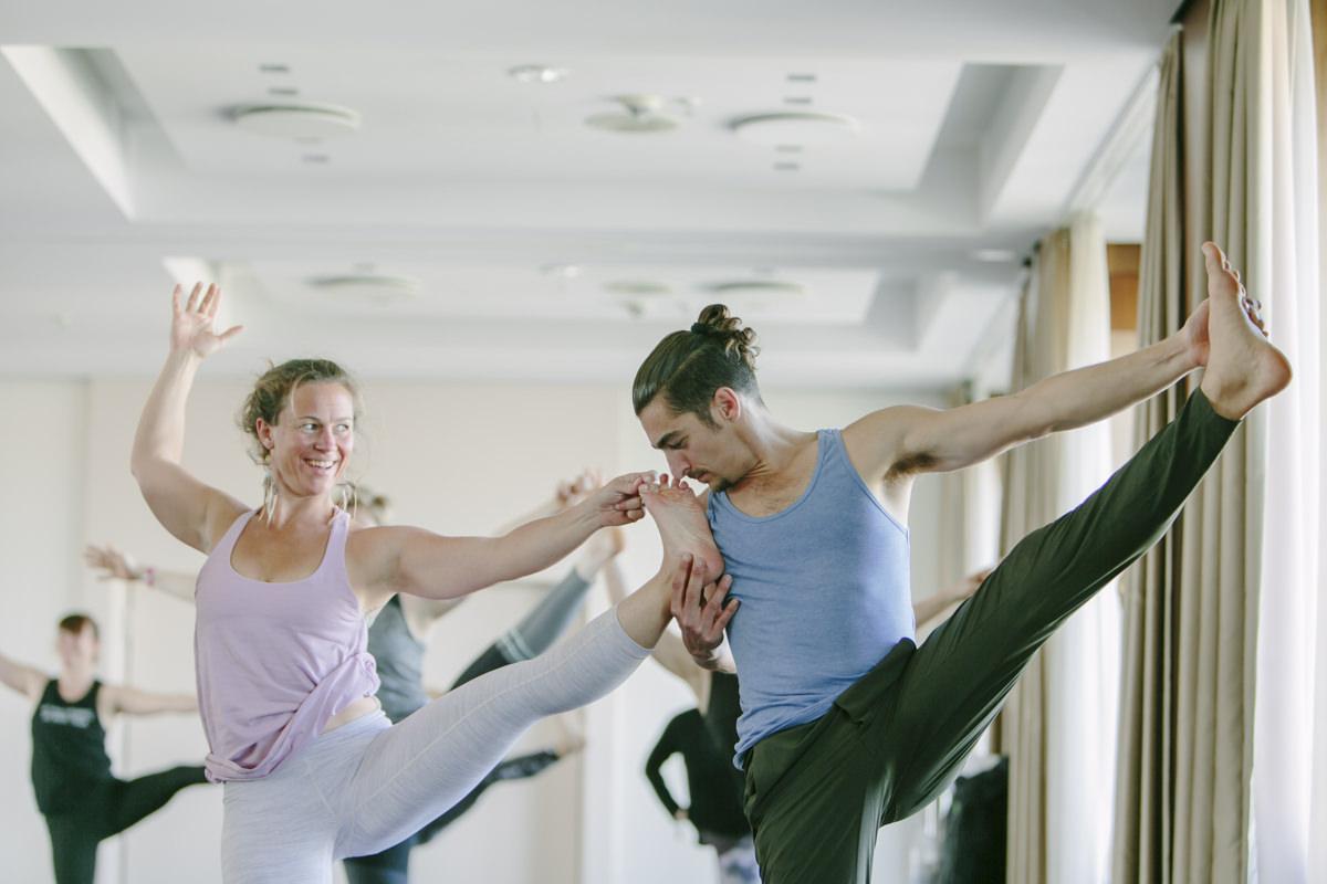 Matt Giordano bei einer Yoga Übung auf der Yoga Conference Germany 2019 in Köln