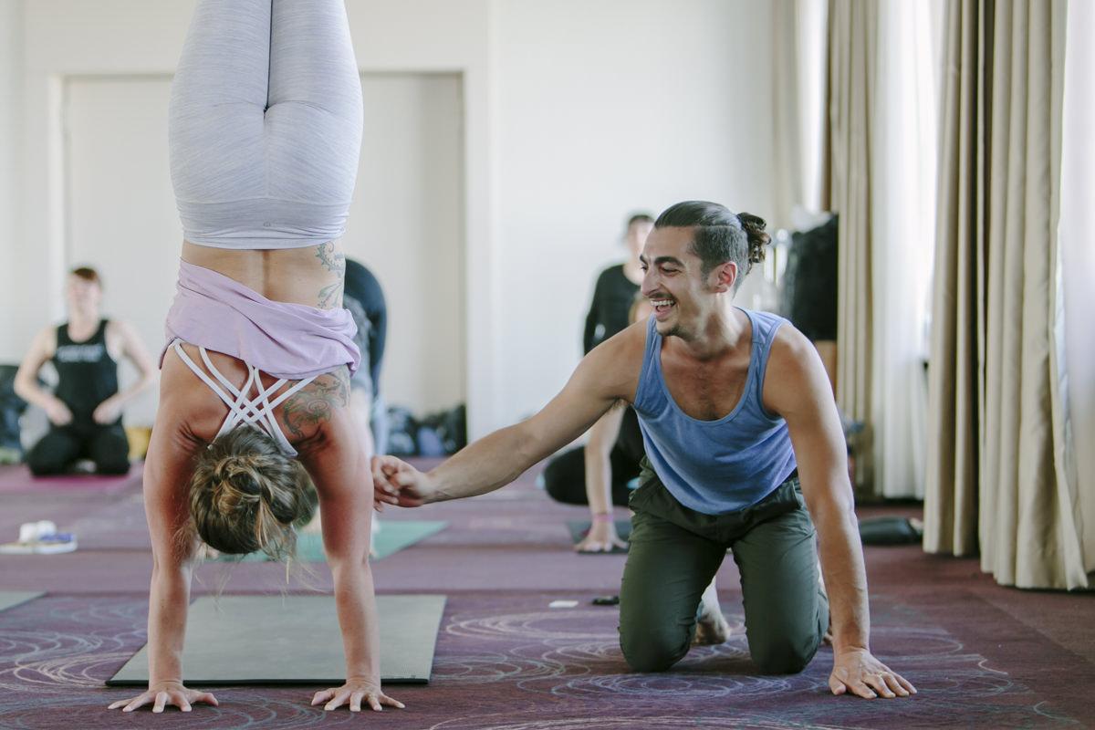 Yoga Lehrer Matt Giordano bei seinem Workshop auf der Yoga Conference Germany 2019