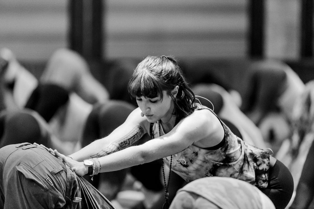 Yoga Lehrerin Wanda Badwal bei ihrem Workshop auf der Yoga Conference Germany 2019