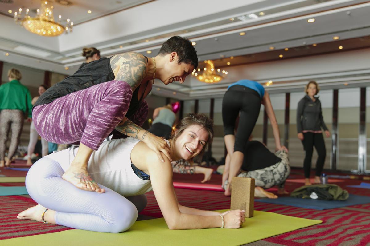 Teilnehmer machen Yoga Übungen auf der Yoga Conference Germany 2019 in Köln