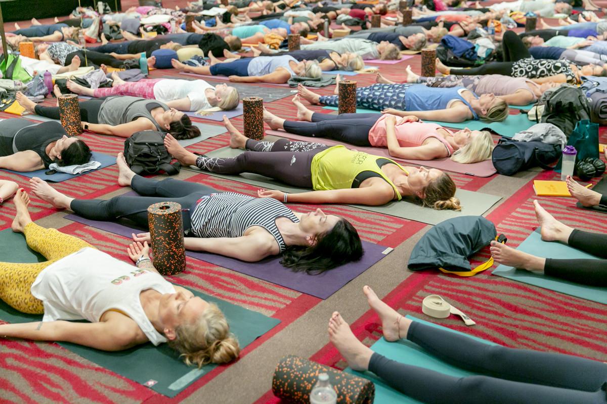 Kursteilnehmer liegen auf ihren Matten während der Yoga Conference Germany 2019