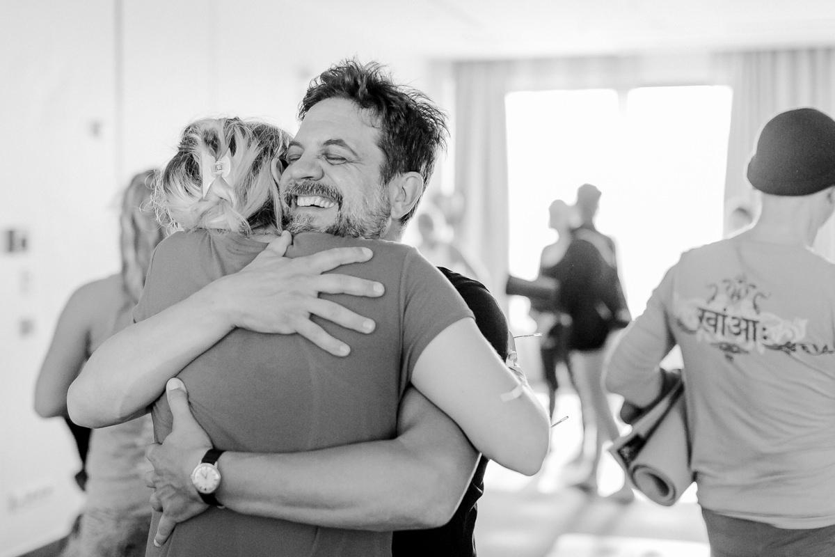 Teilnehmer der Yoga Conference Germany 2019 umarmen sich