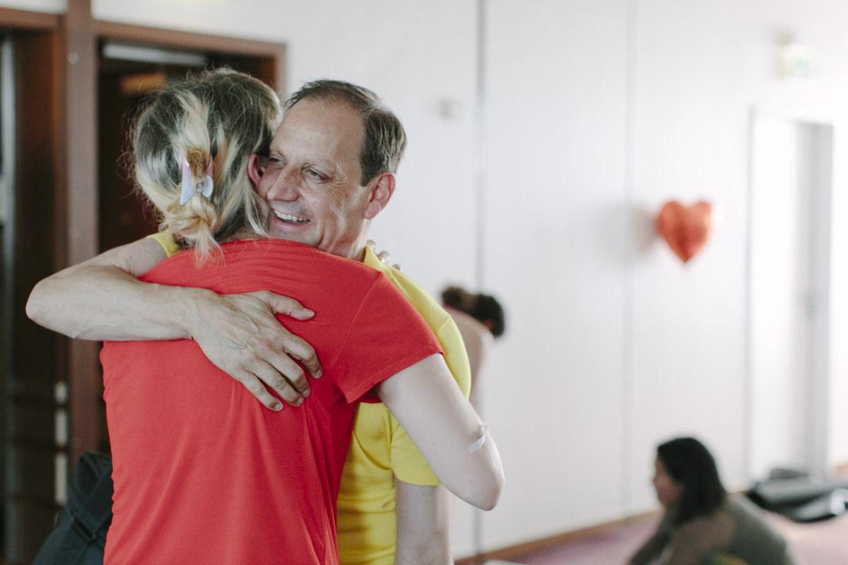 Teilnehmer der Yoga Conference Germany 2019 in Köln umarmen sich