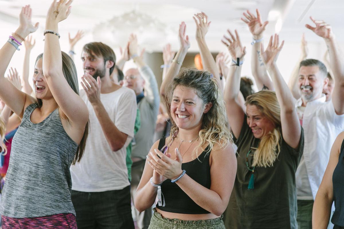 Teilnehmer der Yoga Conference Germany 2019 klatschen Beifall