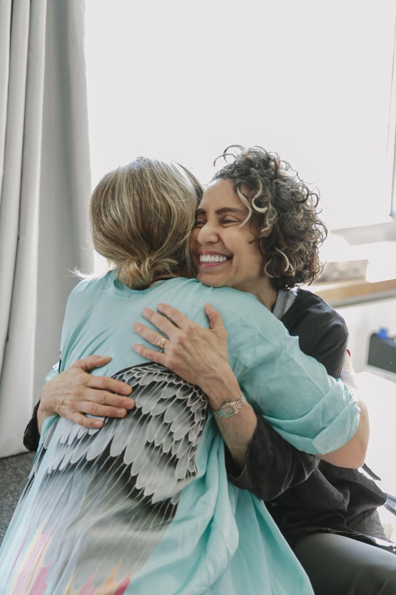 Yoga Lehrerin Abbie Galvin umarmt eine Teilnehmerin auf der Yoga Conference Germany 2019