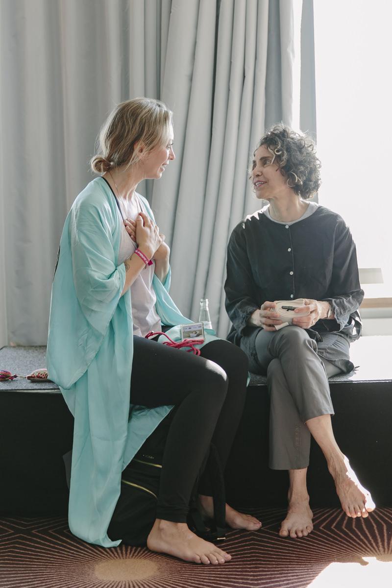 Yoga Lehrerin Abbie Galvin unterhält sich mit einer Teilnehmerin ihres Kurses auf der Yoga Conference Germany 2019