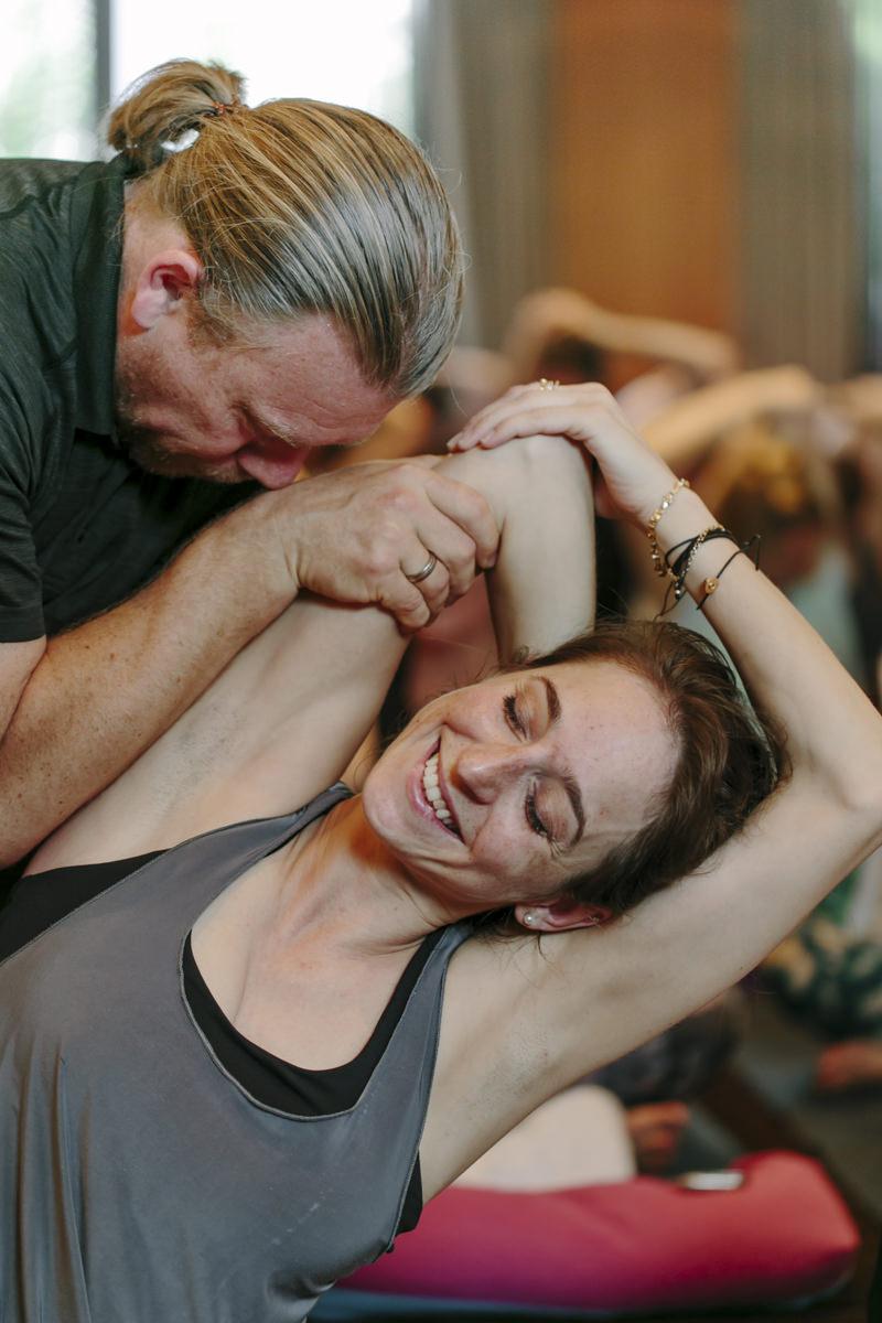 Dirk Bennewitz hilft einer Teilnehmerin bei seinem Yoga Kurs auf der Yoga Conference Germany 2019