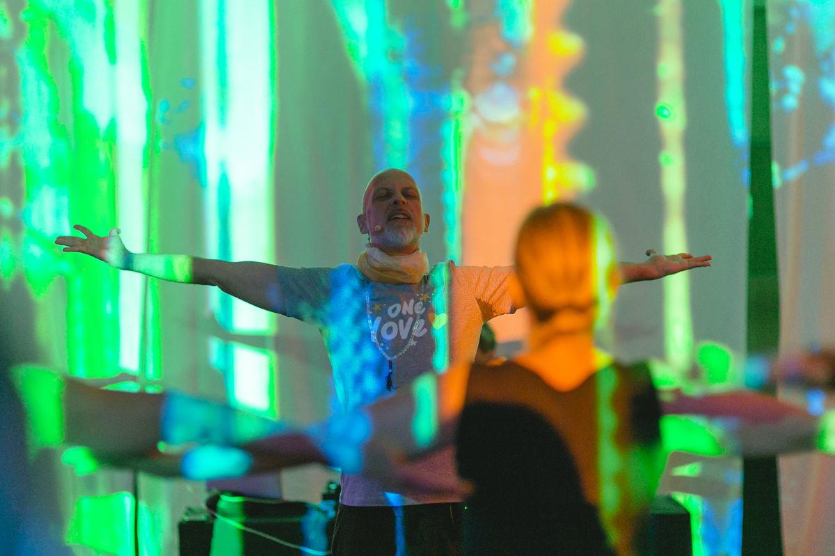 Yoga Lehrer Frank Schuler bei seinem Kurs auf der Yoga Conference Germany 2019