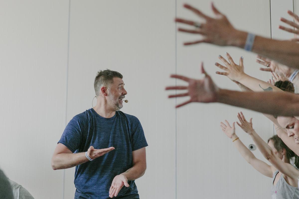 Yoga Lehrer Kenneth Frisby bei seinem Kurs auf der Yoga Conference Germany 2019