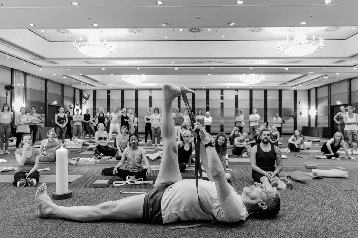 Yoga Lehrer Michael Forbes bei seinem Kurs mit Yoga Gurten auf der Yoga Conference Germany 2019