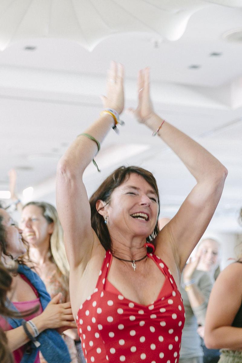 tanzende Teilnehmerin bei der Closing Ceremony der Yoga Conference Germany 2019