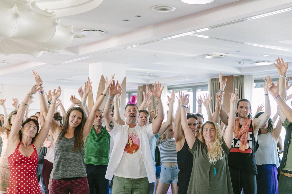 Teilnehmer feiern bei der Closing Ceremony auf der Yoga Conference Germany 2019