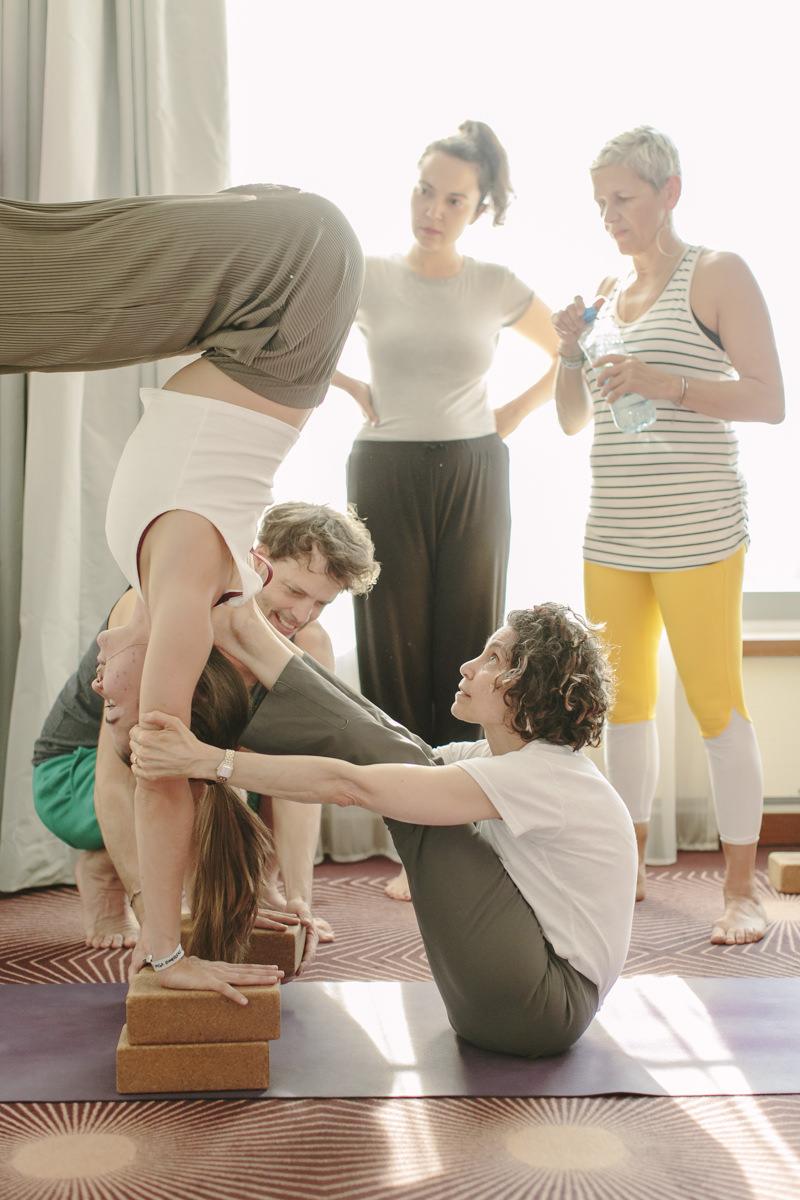 Yoga Lehrerin Abbie Galvin hilft bei einem Handstand auf der Yoga Conference Germany 2019