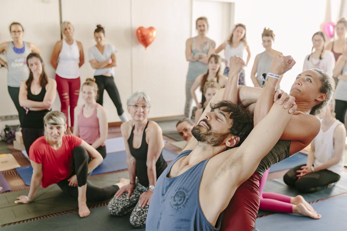 Teilnehmer eines Yoga Kurses auf der Yoga Conference Germany 2019 während einer Übung