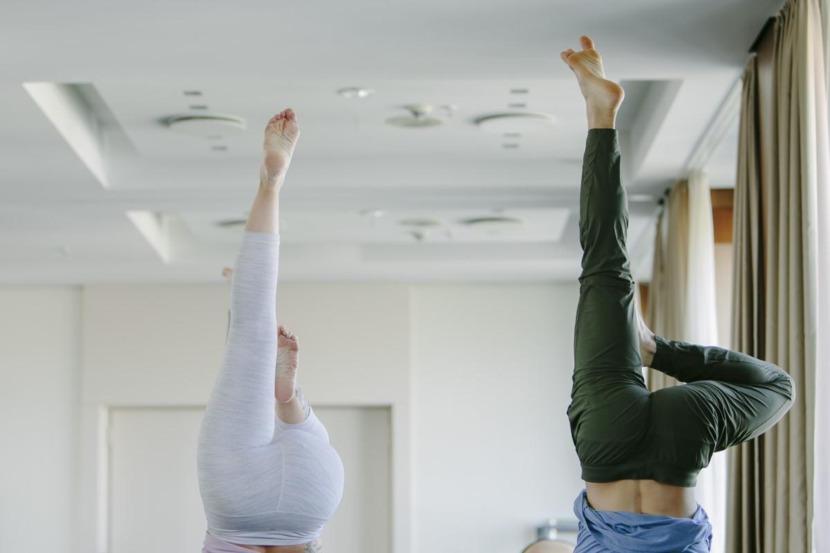 Handstand Übung während eines Yoga Kurses bei der Yoga Conference Germany 2019