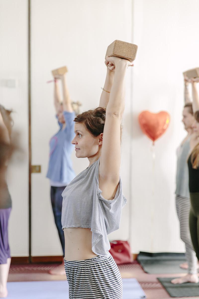 Teilnehmerin bei einem Yoga Kurs auf der Yoga Conference Germany 2019 in Köln