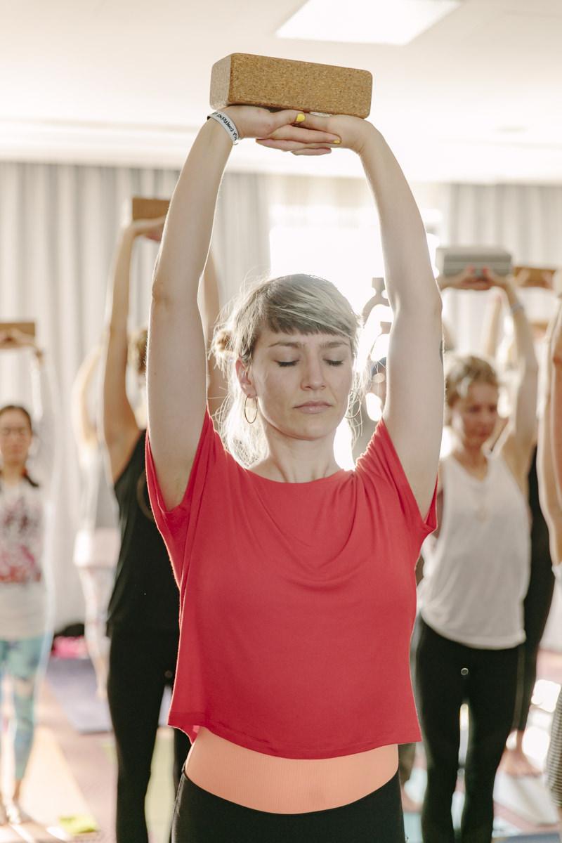 Kurs Teilnehmerin bei einer Yoga Übung auf der Yoga Conference Germany 2019