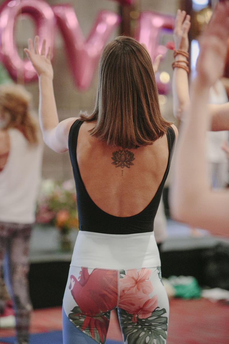 Rückenansicht einer Yoga Kurs Teilnehmerin bei der Yoga Conference Germany 2019