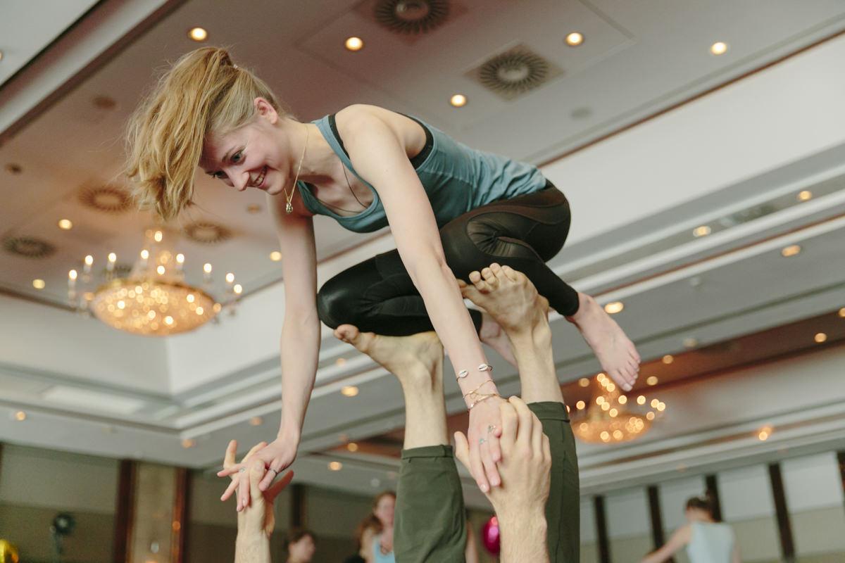 Yoga Übung während eines Workshops auf der Yoga Conference Germany 2019 in Köln