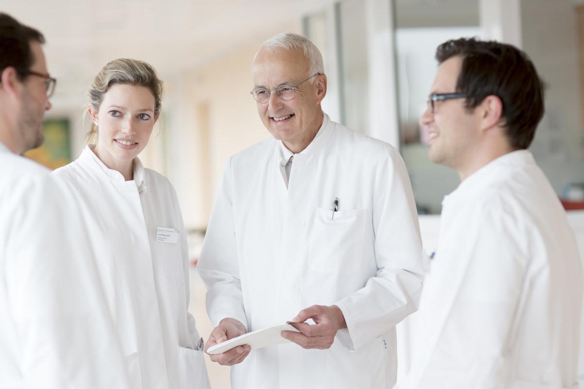 sympathisches Klinik Foto einer Ärzte Besprechung