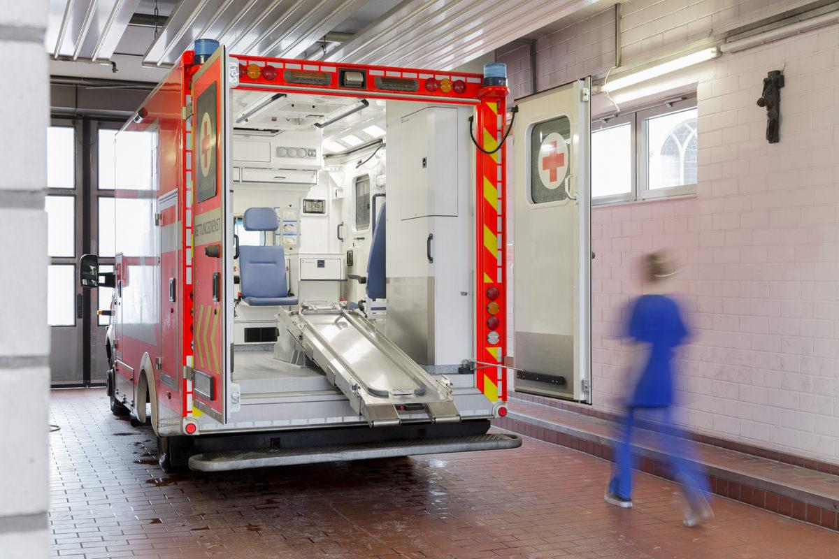 Foto von einem offenen Krankenwagen, der in der Ankunftshalle einer Klinik steht