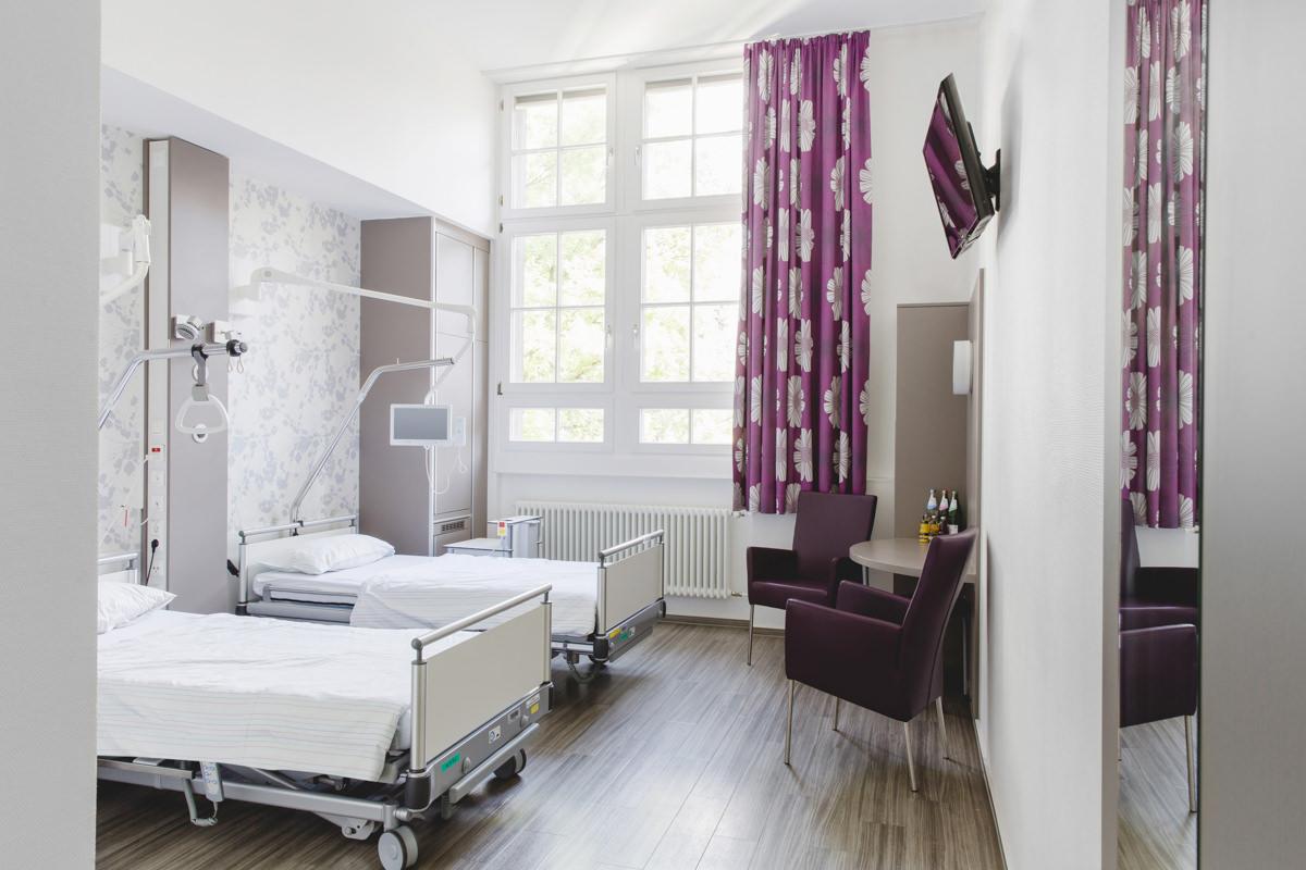 Foto eines modernen Krankenzimmers in einer Klinik