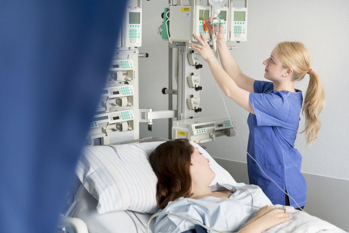 Krankenhaus Foto einer Krankenschwester bei der Patientenbetreuung