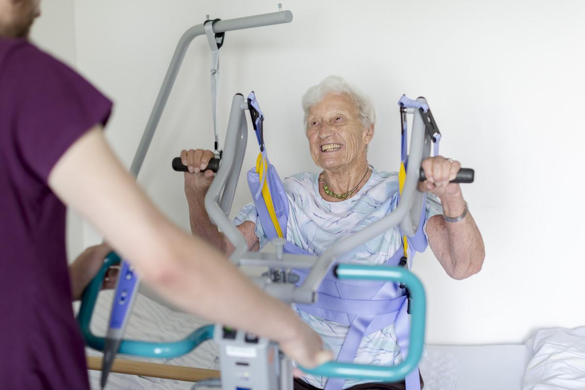 Krankenhaus Foto einer älteren Frau bei Rehaübungen