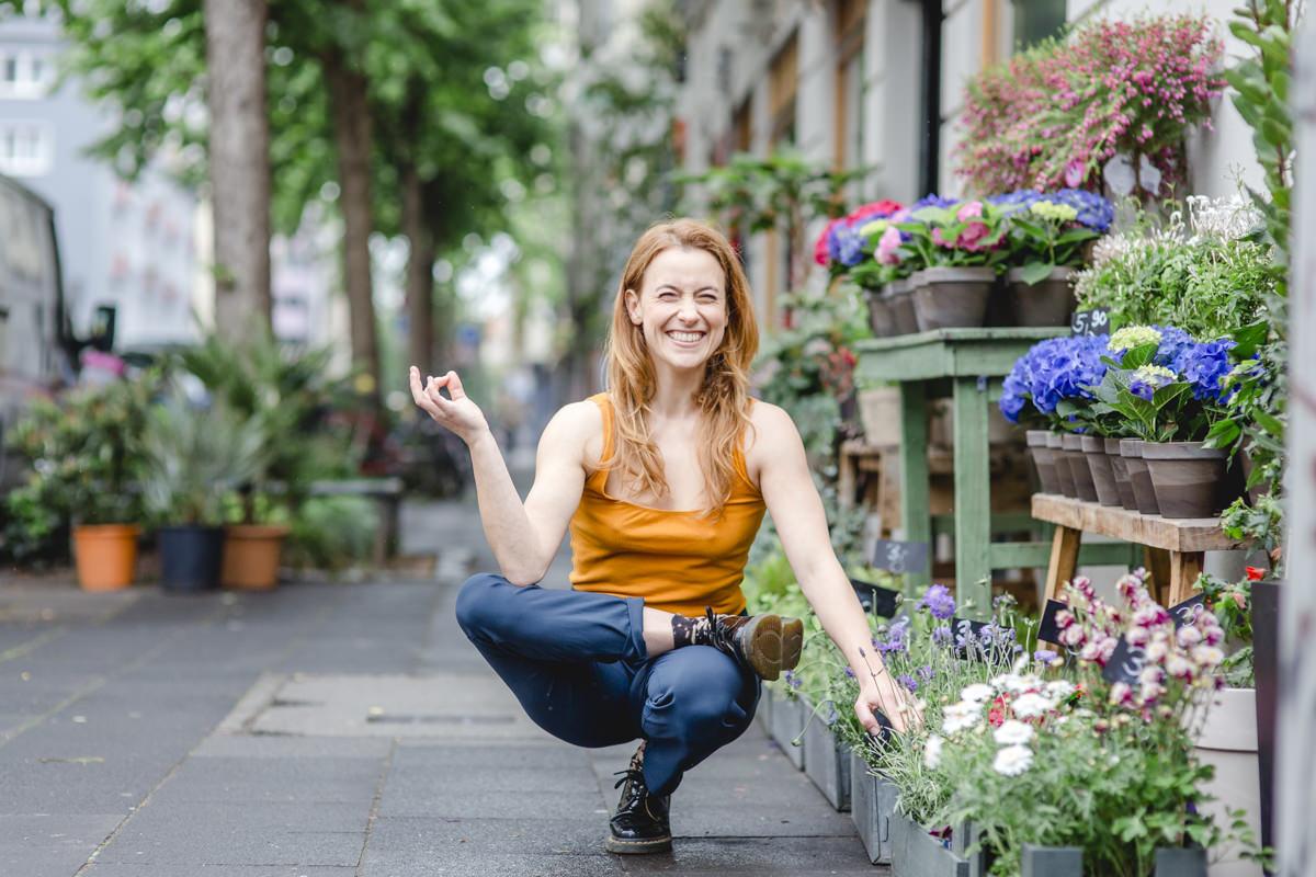 Outdoor Yoga Foto von einer Yogalehrerin in Yoga Pose auf einem Gehweg in Koeln
