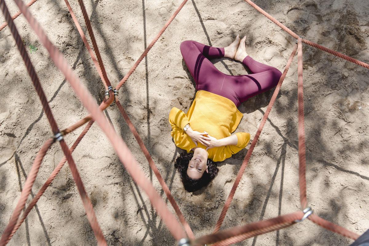 Outdoor Yoga Foto von einer Yogalehrerin auf dem Spielplatz