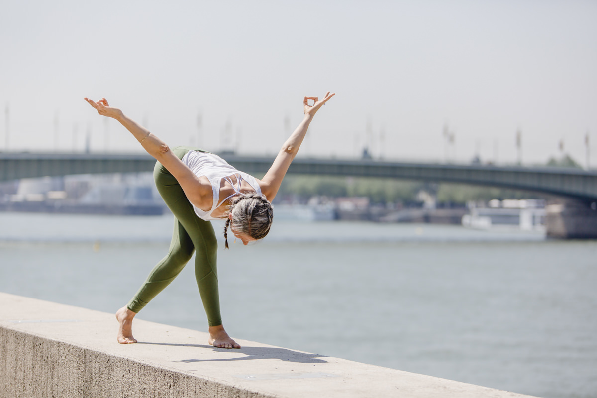 Outdoor Yoga Foto von einer Yogalehrerin am Rheinufer in Köln