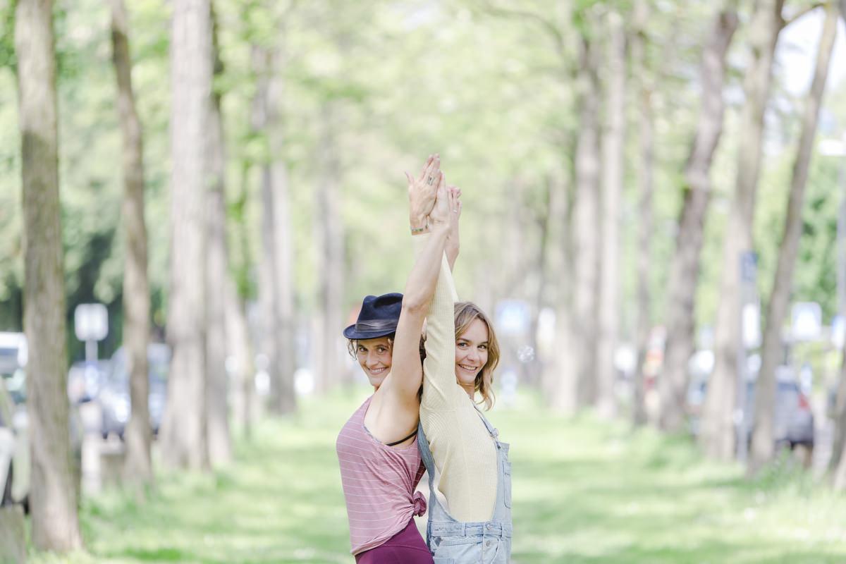 Outdoor Yoga Fotografie von 2 Yogalehrerinnen in Köln