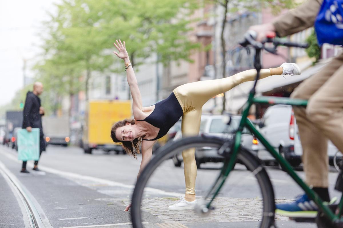 Outdoor Yoga Foto einer Yogalehrerin auf einer Straße in Köln