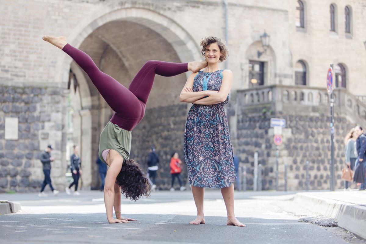 Outdoor Yoga Foto von 2 Yogalehrerinnen in der Innenstadt von Köln