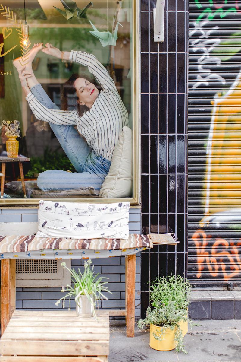 Outdoor Yogafoto in einem Schaufenster eines Straßencafés in Köln