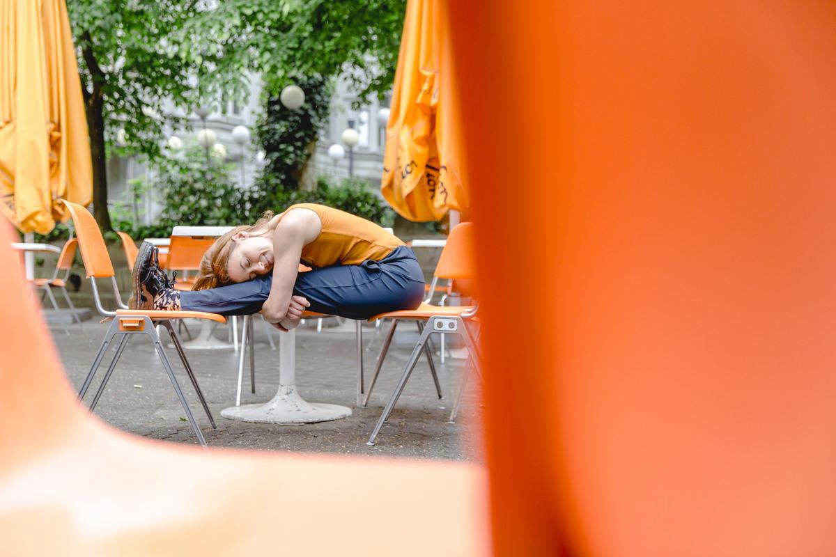 Outdoor Yoga Portrait einer Yogalehrerin in einem Straßencafé in Köln
