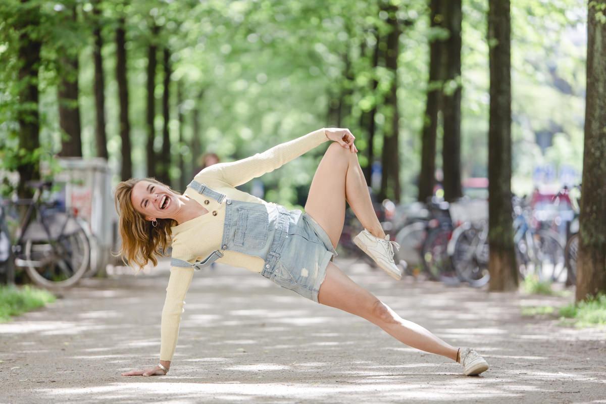 Outdoor Yoga Portrait einer Yogalehrerin, die eine Yoga Pose auf einer Straße in Köln macht