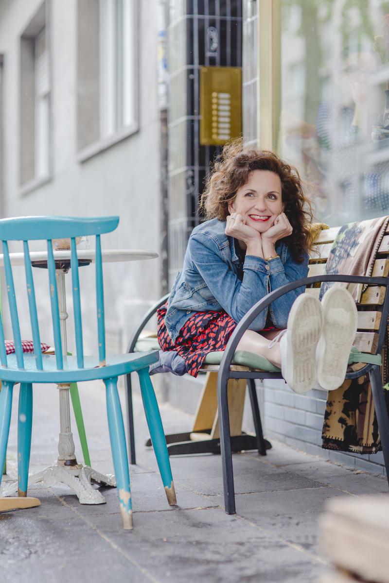 Portraitbild von Yogalehrerin Nicole Bongartz in einem Kölner Café